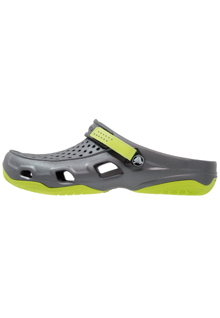 Crocs SWIFTWATER DECK Drewniaki i Chodaki graphite/volt green - 203981