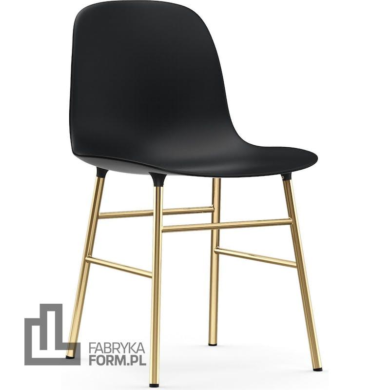 Krzesło Form czarne na mosiężnych nogach