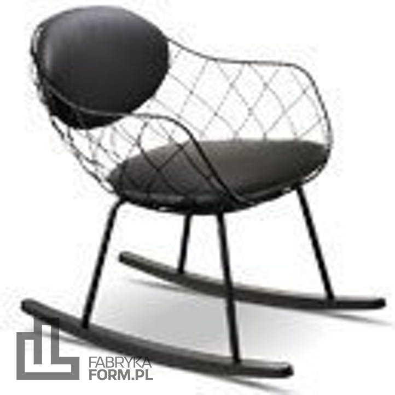 Fotel bujany Pina czarne siedzisko naturalne nogi czarna skóra
