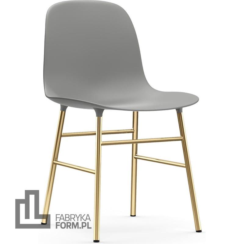 Krzesło Form szare na mosiężnych nogach