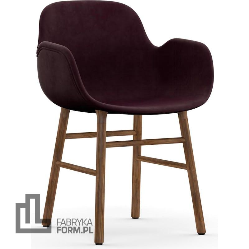 Fotel Form tapicerowany na orzechowych nogach