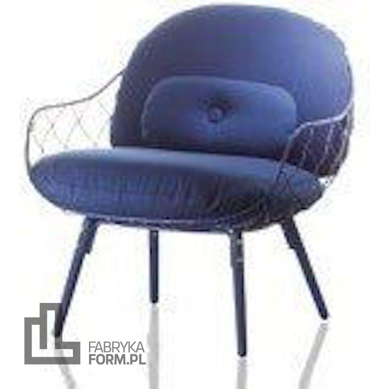 Fotel niski Pina niebieskie rama i siedzisko, jesionowe nogi